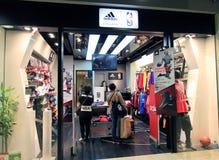 Adidas kaufen in Hong Kong Stockbild