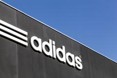 Adidas-Logo auf einer Wand Lizenzfreie Stockfotografie