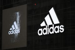 Adidas-Logo inretail Speicher bei Shibuya Tokyo Lizenzfreies Stockfoto