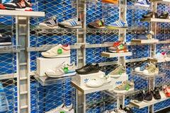 Adidas-Schuhe in der Schuhgeschäft-Anzeige Lizenzfreies Stockbild