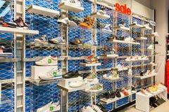 Adidas-Schuhe in der Schuhgeschäft-Anzeige Lizenzfreie Stockfotografie