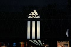Adidas shoppar logo i Frankfurt fotografering för bildbyråer