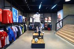 Adidas speichern Stockfotos