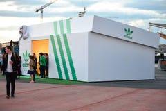 Adidas speichern, ein riesiges shoebox Lizenzfreie Stockfotografie