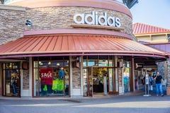Adidas speichern Eingang Lizenzfreie Stockfotografie