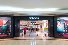 Adidas speichern in Suria KLCC, Kuala Lumpur, Malaysia Lizenzfreie Stockbilder