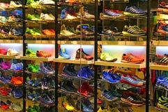 Adidas-Sportschuhspeicher Stockfotos