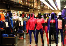 Adidas trägt Einzelhandelsgeschäft zur Schau Lizenzfreies Stockbild