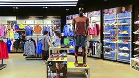 Adidas trägt Einzelhandelsgeschäft zur Schau Stockfotos