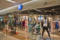 Adidas trägt Kleinboutique zur Schau Lizenzfreie Stockfotos