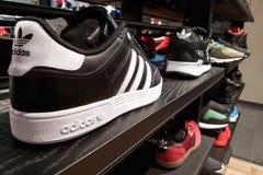 Adidas trägt Schuhe in der Nahaufnahme zur Schau Lizenzfreie Stockbilder
