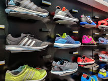 Adidas trägt Schuhe zur Schau Stockfotos