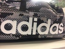 Adidas tragen Tasche zur Schau Stockfoto