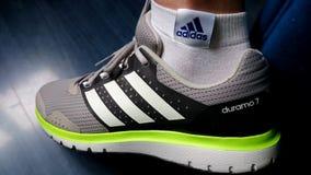 Adidas-Turnschuhe und -socken Stockfotos