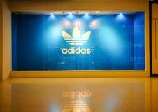 Adidas-Vorlagen-Symbol-Anzeigen-Show am Schaufenster des Einzelhandelsgeschäftes Stockbilder