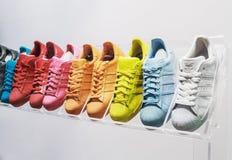 Adidas-Vorlagenturnschuhe in einem Schuhgeschäft Lizenzfreie Stockfotografie