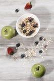 Adiete el desayuno de la pérdida de peso, concepto sano de la vida con el muesli hecho casero con las frutas frescas Fotografía de archivo