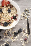 Adiete el desayuno de la pérdida de peso, concepto sano de la vida con el muesli hecho casero con las frutas frescas Fotografía de archivo libre de regalías