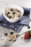 Adiete el desayuno de la pérdida de peso, concepto sano de la vida con el muesli hecho casero con las frutas frescas Imagen de archivo