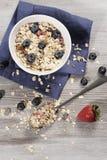 Adiete el desayuno de la pérdida de peso, concepto sano de la vida con el muesli hecho casero con las frutas frescas Foto de archivo