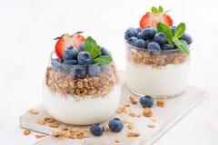 Adiete el postre con el yogur, el granola y las bayas frescas Foto de archivo libre de regalías