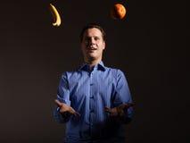 Adiete la nutrición Hombre que hace juegos malabares con las frutas tropicales Fotografía de archivo