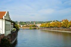 Adige flod i den Verona staden, sikt från bron, Italien Arkivfoto