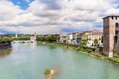 Adige flod i Verona, Italien arkivfoton