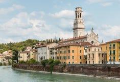 Adige flod med Verona Cathedral och historiska hus Arkivfoto
