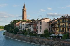 Adige flod och byggnader från den romerska bron arkivbild