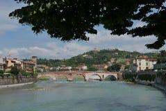 Adige flod och pontepietra royaltyfri foto