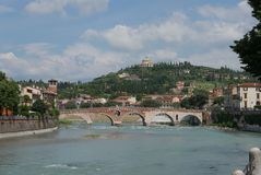 Adige flod och pontepietra royaltyfri bild