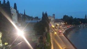 Adige flod på skymning i Verona arkivfilmer
