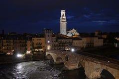 Adige flod på solnedgången i Verona royaltyfria bilder