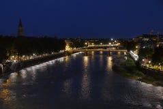 Adige flod på solnedgången i Verona royaltyfria foton