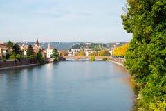 Adige flodlandskap i den Verona staden, Italien Arkivbild