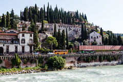 Adige-Fluss-Damm in Verona Stockfotos