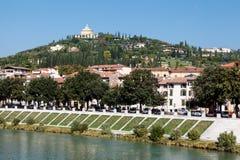 Adige-Fluss-Damm in Verona Stockfotos