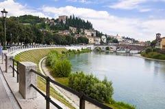Adige-Fluss-Damm in Verona, Italien Lizenzfreies Stockfoto
