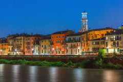 Adige-Fluss-Damm in Verona, Italien Stockbild
