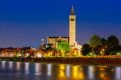 Adige-Fluss-Damm in Verona, Italien Stockfotos