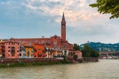 Adige-Fluss-Damm in Verona, Italien Lizenzfreie Stockfotos