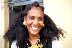 Adigrat, Ethiopie - 6 juin 2019 : Femme éthiopienne d'Irob dans la robe traditionnelle, avec les earings d'or et le collier images libres de droits