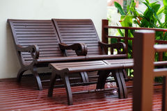 Adirondack-Holzstühle auf einem Patio Lizenzfreies Stockfoto