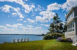 Adirondack-Stühle übersehen die Bucht an einem sonnigen Tag in Maine Lizenzfreie Stockfotografie