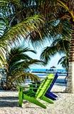 Adirondack-Stühle auf Belize-Strand Stockbild