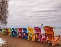 Adirondack-Stühle auf dem Ufer des Heiligen Lawrence River Stockbild