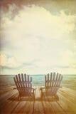Adirondack-Stühle auf Dock mit Weinlesebeschaffenheiten und -gefühl Lizenzfreie Stockfotos