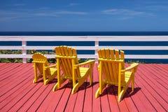 Adirondack-Stühle auf Plattform Stockfotos