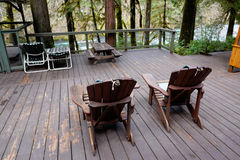 Adirondack-Stühle auf Plattform und Schirm-Raum Lizenzfreie Stockfotografie